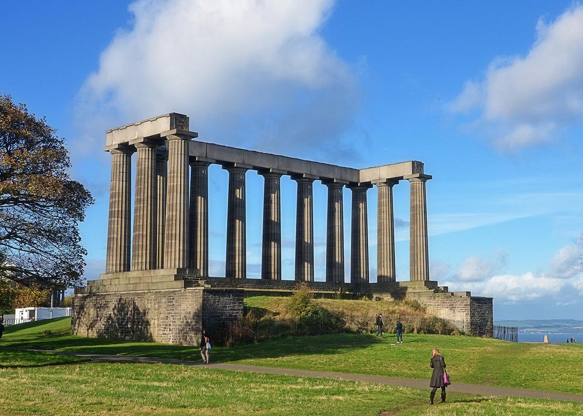 Đài tưởng niệm Quốc gia Scotland, Edinburgh, Scotland được xây để tưởng niệm những người lính và thủy thủ Scotland hy sinh trong Chiến tranh Napoleon. Công trình có hình dạng giống như đền Parthenon của Hy Lạp. Việc xây dựng bắt đầu vào năm 1826, nhưng sau 3 năm thì hết ngân sách.  Trong thế kỷ 20, đài tưởng niệm đã nhiều lần được đề xuất chuyển thành một tòa nhà quốc hội hoặc một phòng trưng bày. Tuy nhiên, chúng đã không thành hiện thực vì người Scotland không thích những ý tưởng như vậy. Người dân địa phương gọi nơi đây là nỗi xấu hổ của Edinburgh, niềm tự hào và sự khốn cùng của Scotland... Hiện tại, đây là một trong những địa điểm không thể bỏ qua khi du lịch Edinburgh. Ảnh: Its No Game/Flickr