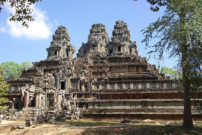 Đền Ta-Keo, Phnom Pênh, Campuchia được khởi công xây dựng vào năm năm 975 với mục đích trở thành trung tâm của thủ đô nhà nước Campuchia cổ. Ngôi đền có 5 ngọn tháp, là hiện thân của Núi Meru linh thiêng. Theo Phật giáo và Hindu giáo, đây là ngọn núi nằm ở trung tâm vũ trụ. Các khối đá sa thạch nguyên khối đặt chồng lên nhau tạo nên cấu trúc bền vững mà không cần sử dụng bất kỳ vật liệu kết dính nào. Tuy nhiên, đến nay ngôi đền vẫn chưa được hoàn thiện. Nhiều người cho rằng nguyên nhân là do cái chết của vua Jayavarman V, người đặt nền móng xây dựng công trình này. Ảnh: Wikimedia Commons