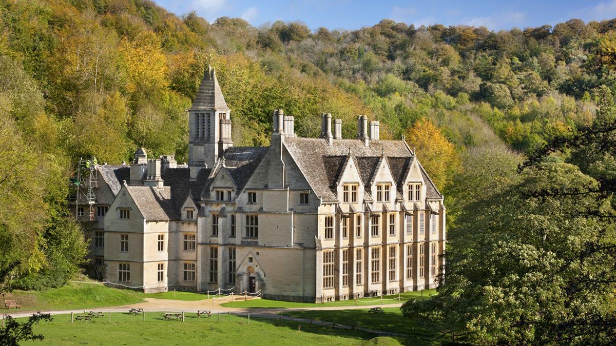 Biệt thự Woodchester, Gloucestershire, Anh bắt đầu xây dựng từ năm 1858 và kết thúc vào giữa những năm 1870. Nhìn từ bên ngoài, tòa nhà theo kiến trúc tân Gothic này có vẻ đã hoàn thiện và có thể sinh sống được. Tuy nhiên, bên trong tòa nhà trống rỗng, không chia tầng và các phòng.Chủ sở hữu khu đất là William Lee đã nỗ lực xây một ngôi nhà lý tưởng mặc dù khả năng tài chính còn nhiều giới hạn. Sau khi ông qua đời, công việc xây dựng bị dừng lại. Đã có lúc biệt thự này suýt trở thành bệnh viện tâm thần. Trong Thế chiến thứ hai, làng Woodchester là nơi đóng quân của quân đội Canada và Mỹ. Trường Cao đẳng Sư phạm khi đó được đặt bên trong tòa nhà. Ngày nay, biệt thự thu hút những du khách ưa thích những câu chuyện ma mị, huyền bí. Ảnh: National Trust