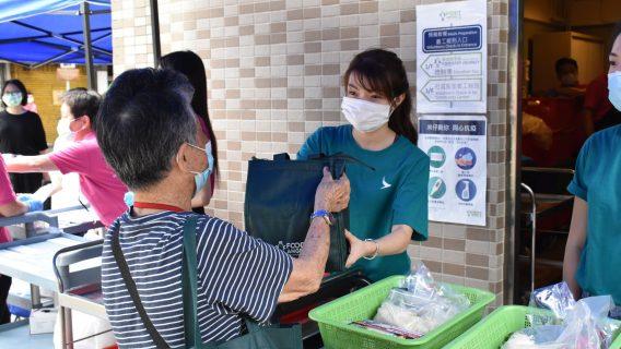 Những người dân có hoàn cảnh khó khăn được nhận suất ăn miễn phí từ Feeding Hong Kong. Ảnh: Cathay Pacific