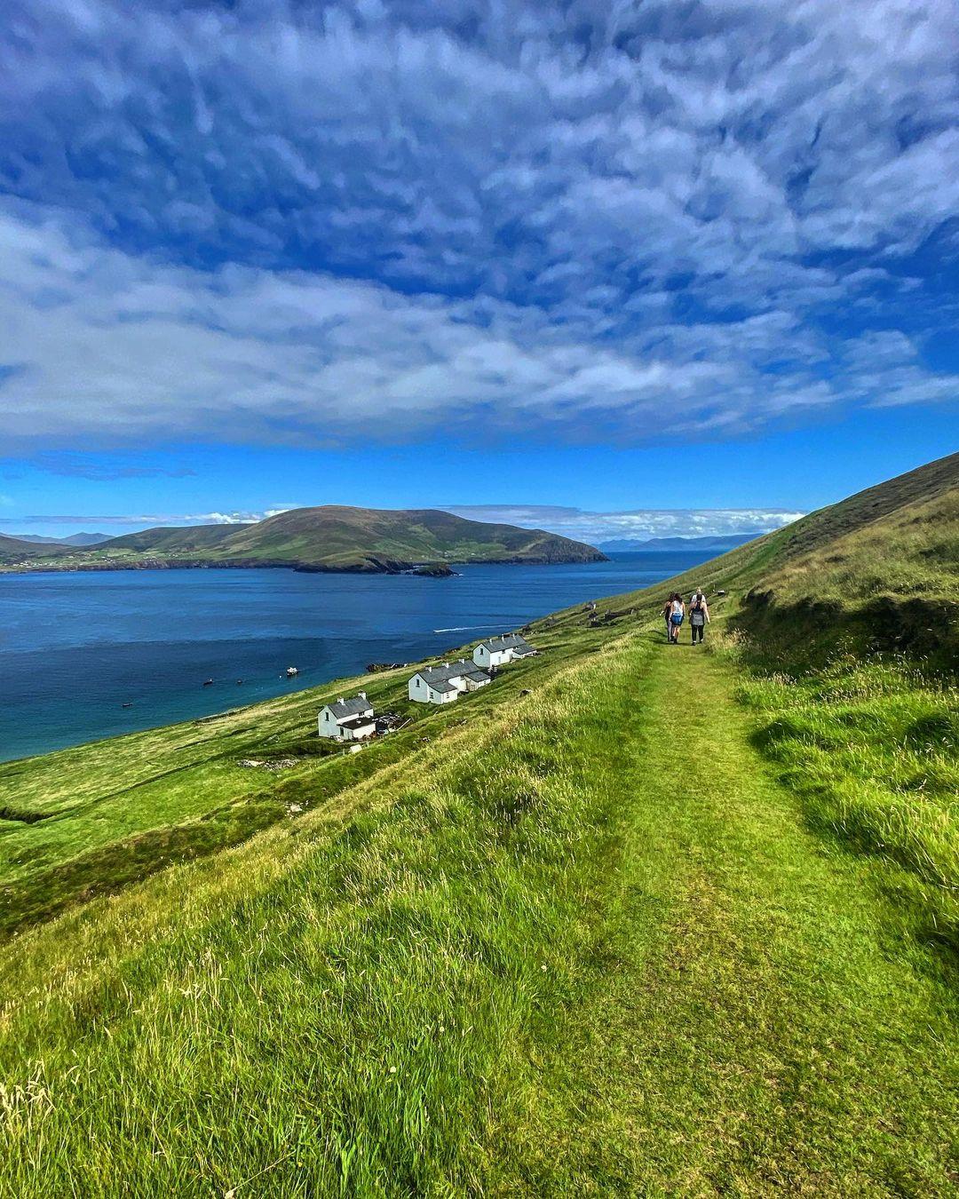 Đảo Blasket là hòn đảo lớn nhất trong quần đảo cùng tên, nằm ngoài khơi bờ biển Dingle tại quận Kerry. Hòn đảo được biết đến với nhiều loài động vật hoang dã sinh sống như hải cẩu xám, thiên nhiên hoang sơ và địa hình đồi núi. Ảnh: @_letsgohere_/Instagram