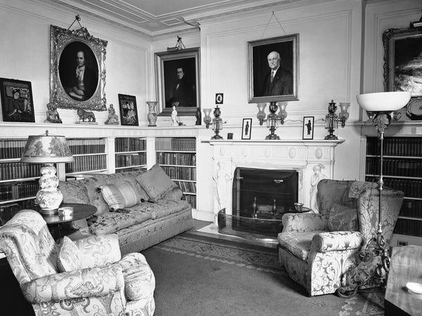 Đến năm 1942, chính phủ Mỹ mua lại ngôi nhà dưới thời tổng thống Franklin D. Roosevelt. Trên ảnh là một góc thư viện trong phòng ngủ lớn của nhà khách vào tháng 7/1942. Ảnh: AP
