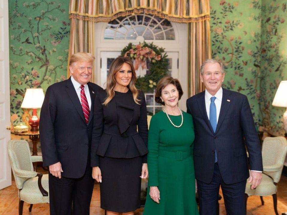 Tổng thống đương nhiệm Donald Trump và đệ nhất phu nhân Melania Trump đón tiếp cựu tổng thống George W. Bush và cựu đệ nhất phu nhân Laura Bush tại Blair House vào 4/12/2018. Đến nay, Donald Trump là tổng thống dành ít thời gian nghỉ lại Blair House nhất so với những người tiền nhiệm, chỉ một đêm trước ngày nhậm chức.Ngoại lệ là Gerald Ford, tổng thống Mỹ cuối cùng chưa bao giờ nghỉ lại một đêm nào ở nhà khách này. Có lẽ do hoàn cảnh nhậm chức khác thường: tổng thống Richard Nixon từ chức vào 8/9/1974, và Ford chuyển từ căn nhà ở thành phố Alexandria, bang Virginia đến phòng Bầu Dục 3 tuần sau đó. Ảnh: Shealah Craighead/Official White House