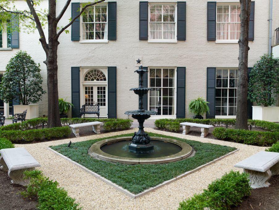 Blair House được gọi là khách sạn độc quyền nhất thế giới, khách sạn nhỏ tốt nhất Washington DC hay Nhà khách của Bác Sam. Biệt danh này có từ khi các nguyên thủ quốc gia, hoàng gia các nước, tổng thống đắc cử ở đó với tư cách là khách của Tổng thống Mỹ và Bộ Ngoại giao.  Ảnh: Carol M Highsmith/Library of Congress