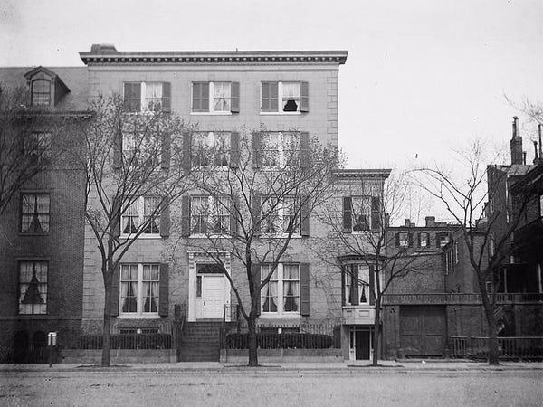 Ngôi nhà được xây vào năm 1824, là nơi ở của Joseph Lovell, Tổng Y sĩ đầu tiên của quân đội Mỹ. Năm 1936, Francis Blair, một người bạn thân của tổng thống Andrew Jackson mua lại căn nhà với giá 6.500 USD. Ảnh: Library of Congress