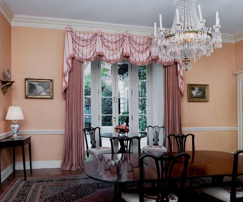 Ngày nay, khách sạn 195 tuổi này gồm 4 khu nhà phức hợp, với hơn 120 phòng, trên diện tích 5.600 m2, lớn hơn cả Nhà Trắng. Khách sạn gồm 14 căn hộ cho khách nghỉ, ba phòng ăn riêng biệt, hai phòng hội nghị lớn, một thư viện, spa, phòng tập thể giục, phòng giặt là... Ảnh: Carol M Highsmith/Library of Congress
