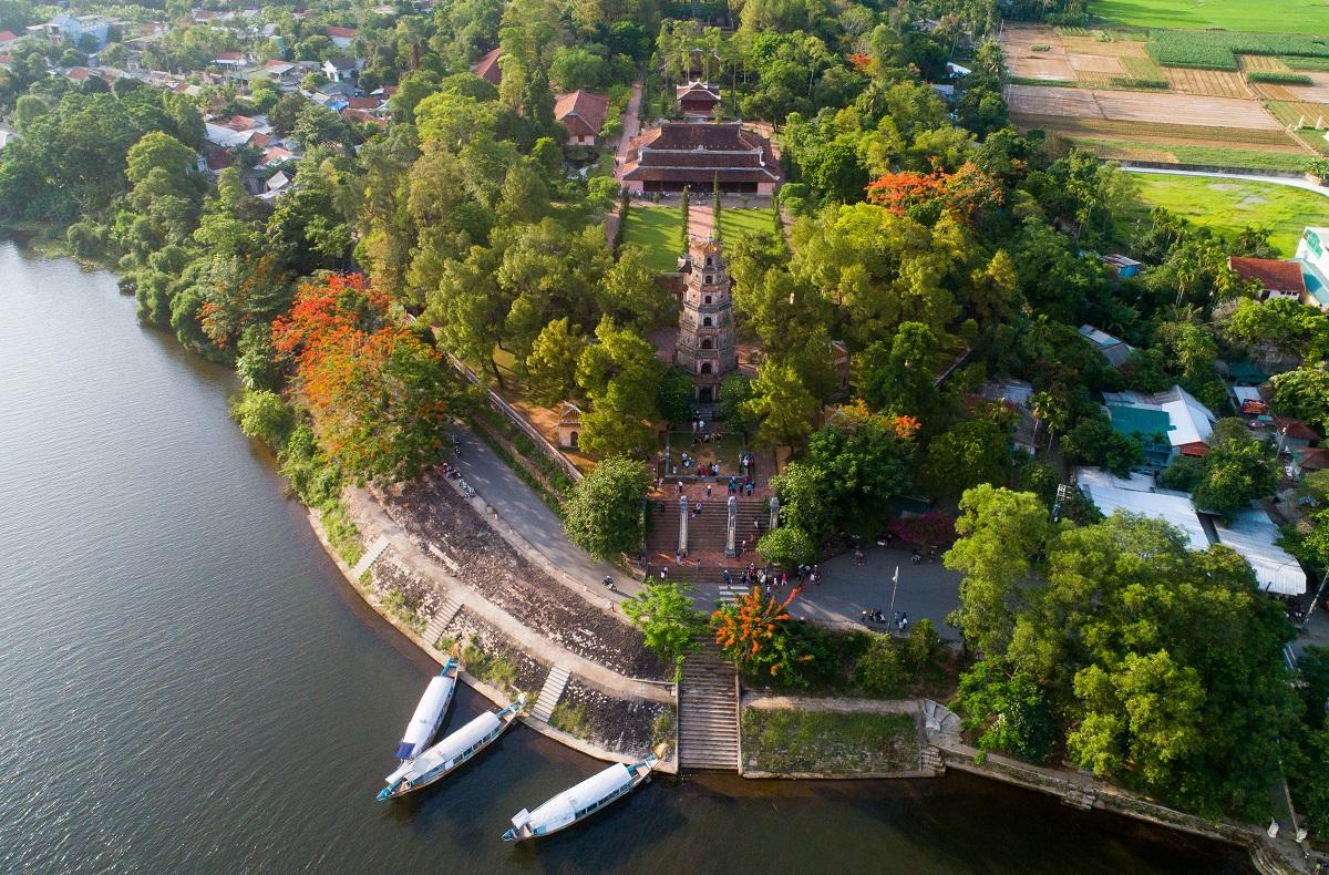 Chùa Thiên Mụ nằm bên sông Hương ở Huế. Ảnh: Lữ hành Saigontourist.