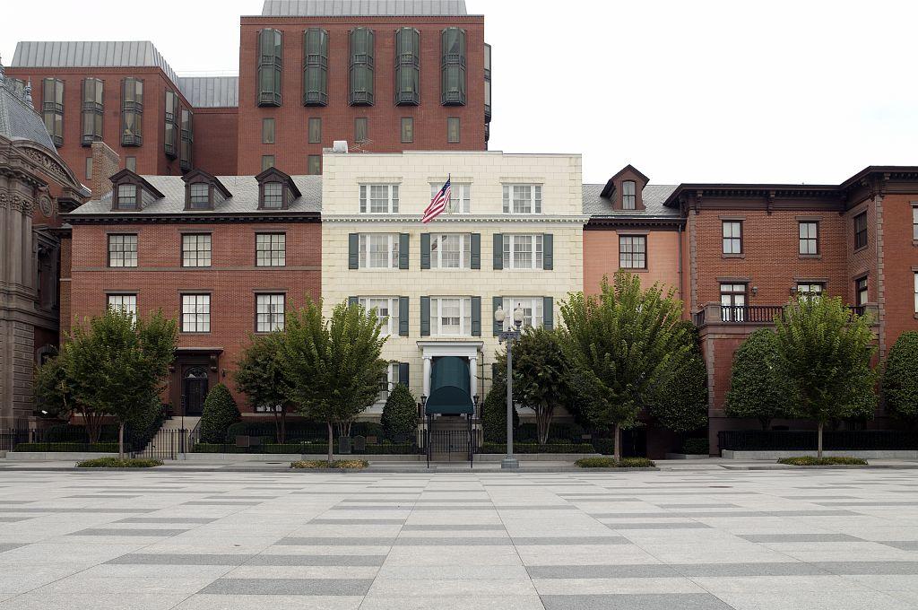 Joe Biden đã nhận lời ở lại Blair House (ảnh) vào đêm trước khi ông trở thành tổng thống thứ 46, nhằm tôn vinh truyền thống có từ nhiều thập kỷ này. Blair Houser là nhà khách chính thức của tổng thống, nằm cách Nhà Trắng vài bước chân, trên đại lộ Pennsylvania. Ảnh:L