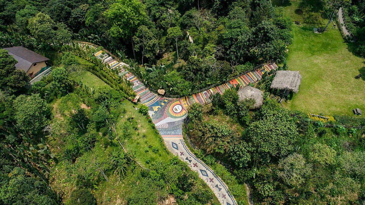 Tổng thể con đường Thổ Cẩm bao gồm nhiều dãy màu và hình ảnh đặc trưng của văn hóa vùng cao. Ảnh: P'apiu