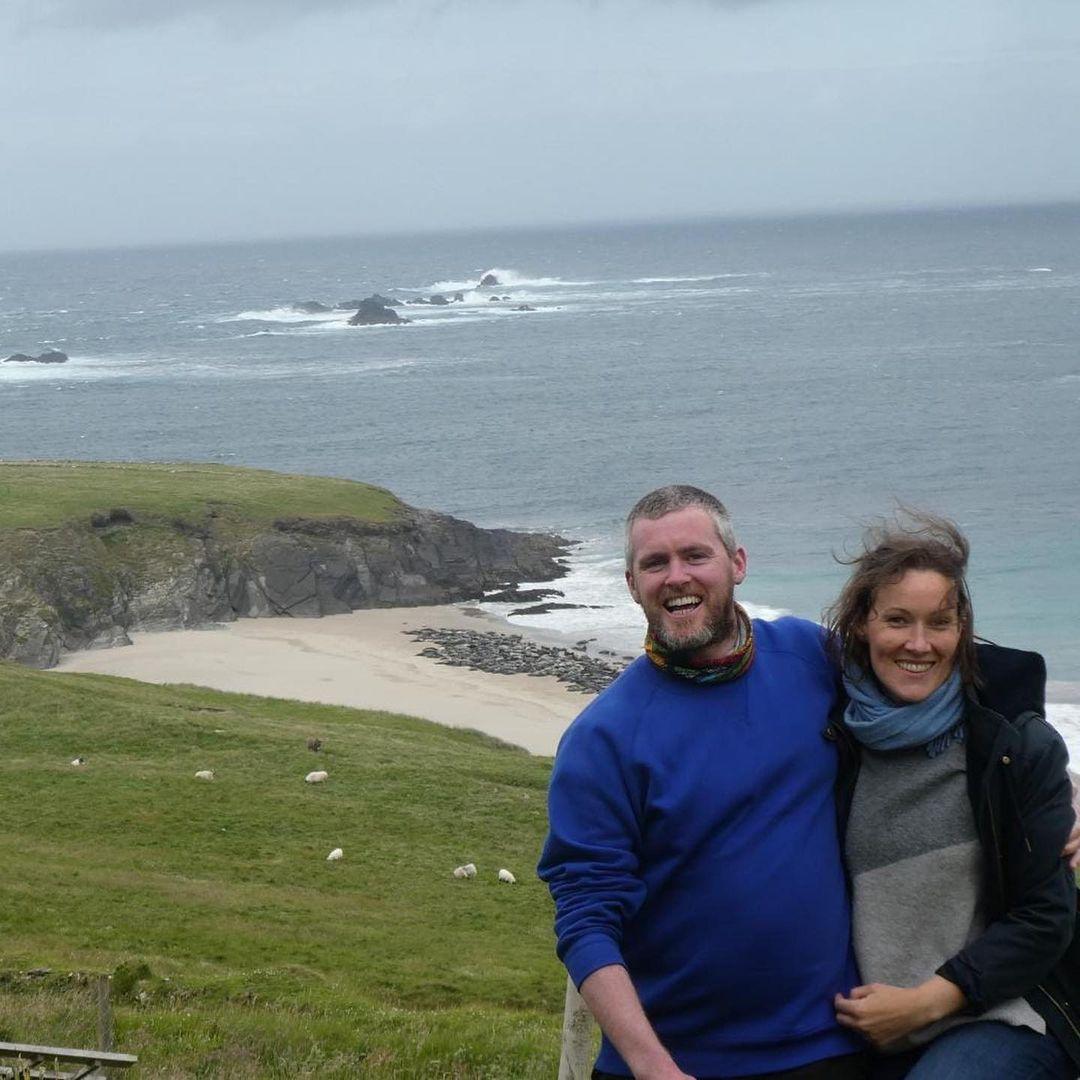 Hai vợ chồng Annie Birney và Eoin Boyle - những người nhận công việc trên đảo năm 2020. Ảnh: Great Blasket Island/Instagram