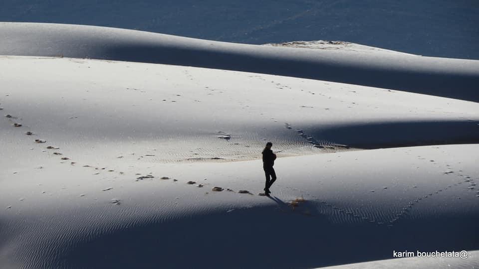Nhiếp ảnh gia Karim Bouchetata ghi lại cảnh băng phủ trắng trên cát ở thị trấn Aïn Séfra nhỏ bé bên sa mạc Sahara, thuộc tỉnh Naâma.