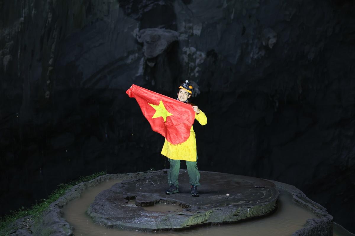 Anh chụp ảnh kỷ niệm trong trang phục áo dài truyền thống, trên khối thạch nhũ bánh cưới. Ảnh: Ngô Trần Hải An.