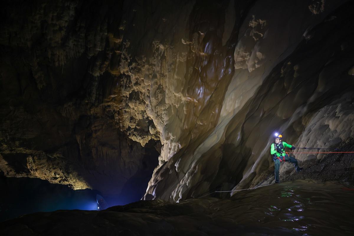 Trong hang nhiệt độ thấp do không có nắng, một số đoạn đường trơn trượt. Ảnh: Hải An.