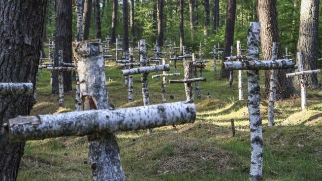 Những cây thánh giá làm từ gỗ bạch dương đánh dấu phần mộ của những người lính đã chết khi bị giam giữ tại đây. Ành: Vadim Pacajev/AP