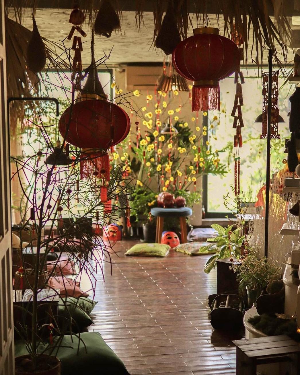 Một địa chỉ gợi ý khác là Mơ Đi Hội trên lầu 4 của chung cư 145 Nguyễn Trãi (quận 1). Trong dịp Tết Nguyên Đán năm nay, quán treo những câu liễn nhỏ lên các cành cây, ngoài ra còn có thêm đèn lồng, đầu lân cho phù hợp với không khí. Ảnh: Mơ Đi Hội