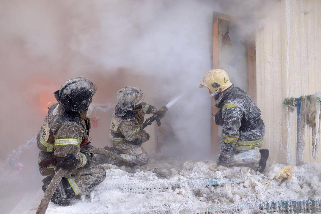 Những người lính cứu hỏa tại Yakutia đang dập lửa. Ảnh: mchs_yakutia/Instagram