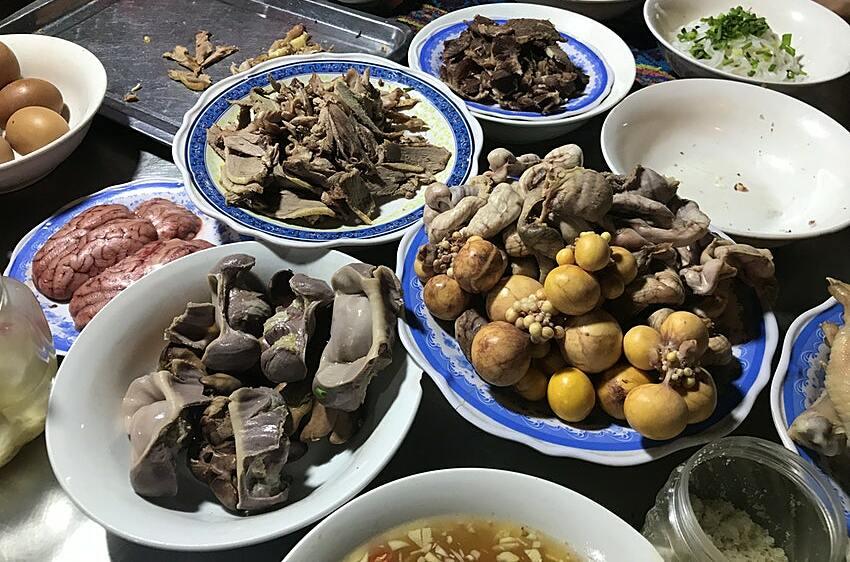 Các nguyên liệu đi kèm khi làm bún, cháo, phở ở các quán ăn Việt. Ảnh: Fabienne Fong Yan