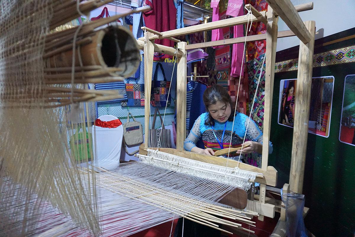 Huyện Mai Châu giới thiệu nghề dệt vải. Ảnh: Ngân Dương