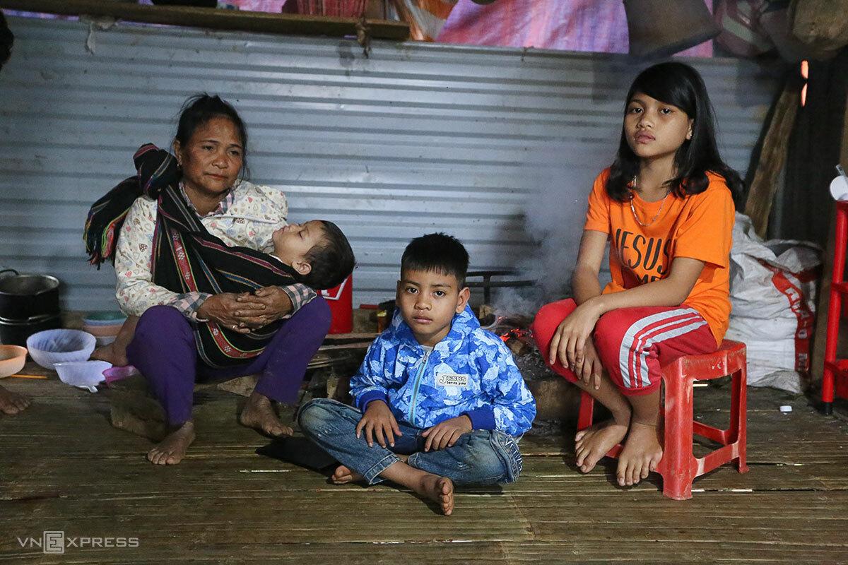 Bà Hiền cùng ba đứa cháu mồ côi trong căn nhà tạm. Ảnh: Đắc Thành.