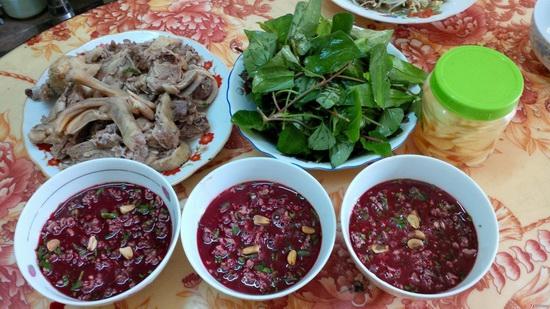 Tiết canh  là món khách du lịch không dễ dàng tìm thấy món ăn này tại những hàng quán vỉa hè. Thường người Việt Nam sẽ ăn tiết canh tại nhà vào những ngày lễ, dịp đặc biệt... Món ăn này cũng không được khuyến khích thử, vì nếu đầu bếp chế biến không đúng cách sẽ dẫn tới nguy cơ nhiễm khuẩn. Ảnh: Huffington Post