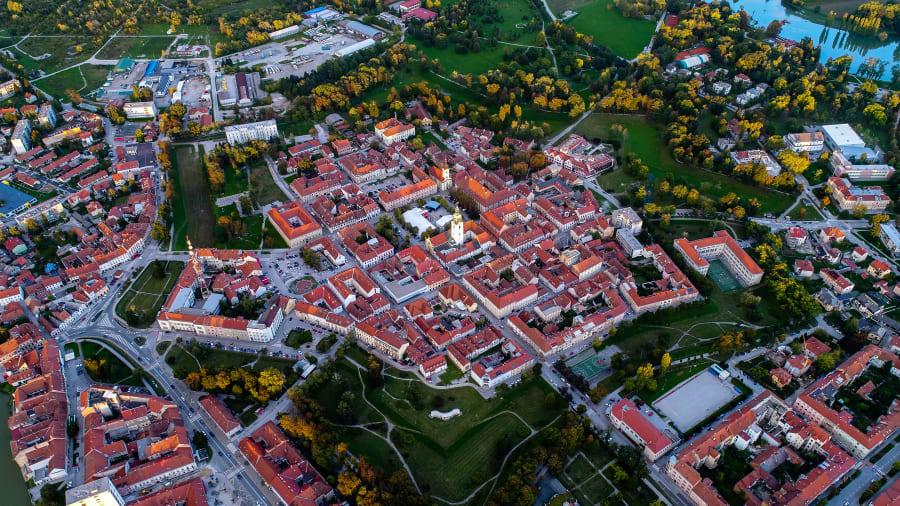 Thành phố được xây dựng bởi Habsburgs vào năm 1579, với công dụng là một pháo đài để chống lại người Ottoman. Trong thế kỷ sau đó, thế kỷ sau đã vây hãm nó tới bảy lần, mỗi lần một trong số đó, không thành công. Mặc dù các vùng ngoại ô hiện đại đã phát triển xung quanh khu phố cổ của Karlovac, nhưng quần thể kiến trúc hài hòa ở cốt lõi của nó vẫn được bảo tồn tốt. Xem thêm về văn bản nguồn nàyNhập văn bản nguồn để có thông tin dịch thuật bổ sung Gửi phản hồi Bảng điều khiển bên