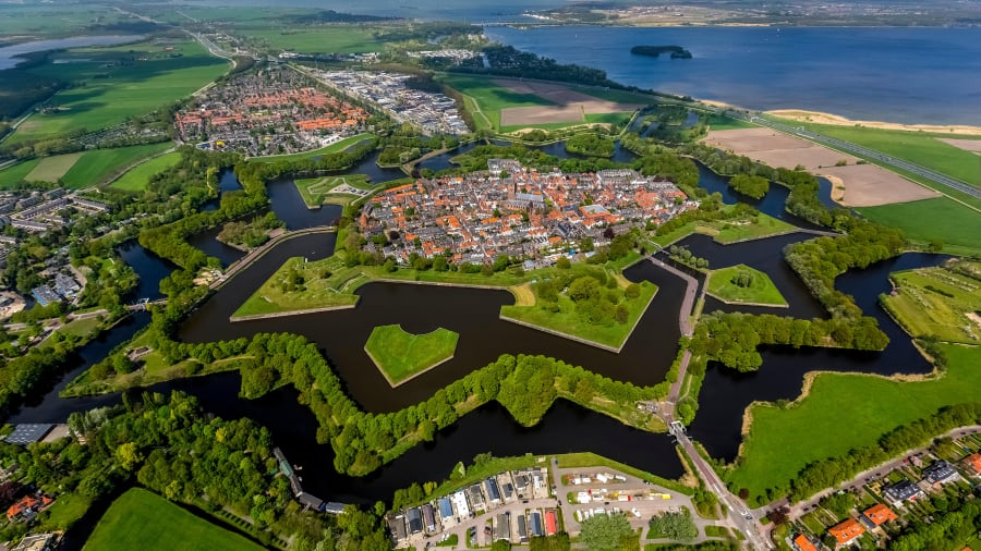 Nằm cách thủ đô Amsterdam 20 km về phía đông, Naarden được nhiều du khách miêu tả là thành phố có hình ngôi sao ấn tượng nhất Hà Lan. Nó là một điểm đến không thể bỏ lỡ cho những ai quan tâm tới kiến trúc điển hình của một thành phố hình ngôi sao. Một trong những điểm du lịch hút khách ở đây là Bảo tàng pháo đài Hà Lan. Ảnh: Hans Blossey/Alamy