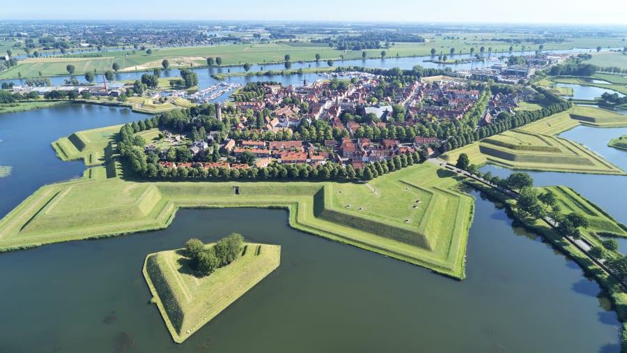 Heusden Được hoàn thành vào năm 1597, Heusden ngày nay tự hào với du khách thế giới nhừo các pháo đài ấn tượng, được sắp xếp gọn gàng nhờ dự án tái thiết từng đoạt giải thưởng. Đến thế kỷ 19, các công sự (công nghệ xây dựng pháo đài dùng để bảo đảm an toàn cho người và phương tiện vật chất, kho tàng...) đã bị tan hoang. Đến đầu những năm 1960, người dân địa phương đã khôi phục Heusden trở lại vinh quang như trước khi biến nơi này thành một thị trấn xinh đẹp, thu hút hàng trăm nghìn du khách mỗi năm trước đại dịch.