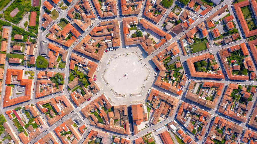 Nằm rất gần biên giới ngày nay giữa Italy và Slovenia là Palmanova, một thành phố mang hình ngôi sao. Nó là một trong những thành phố lớn nhất và được bảo tồn tốt nhất tại đất nước hình chiếc ủng. Người Venice đã xây dựng nó vào cuối thế kỷ 16 để bảo vệ biên giới phía đông bắc của họ.