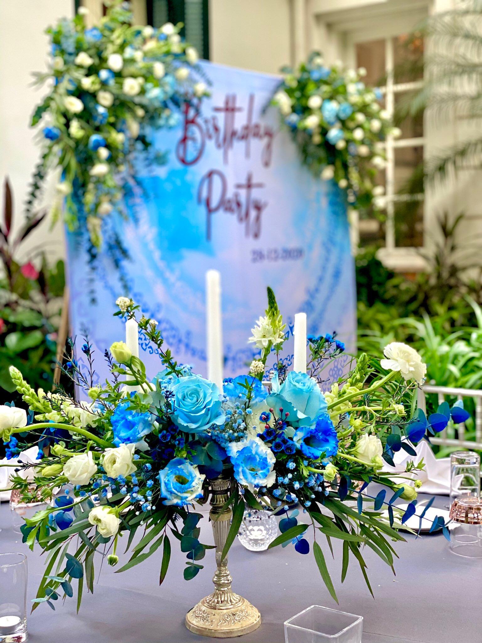Bài trí trở thành điểm nhấn quan trọng trong mọi bữa tiệc từ bàn ăn cho đến không gian tiệc. Tại Lý Club có các gói tiệc bao gồm hoa, trang trí, thiết kế bàn tiệc thịnh soạn với hoa tươi, nến, dụng cụ ăn cao cấp trong phòng vip, phòng tiệc nhà kính hay khuôn viên ngoài trời.