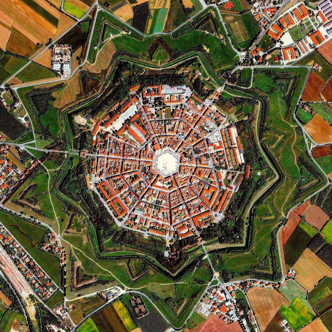Nằm sát biên giới ngày nay giữa Italy và Slovenia là Palmanova, một thành phố mang hình ngôi sao. Nó là một trong những thành phố cổ lớn nhất và được bảo tồn tốt nhất tại đất nước hình chiếc ủng. Người Venice đã xây dựng nó vào cuối thế kỷ 16 để bảo vệ biên giới phía đông bắc. Ảnh: thinkurbanism
