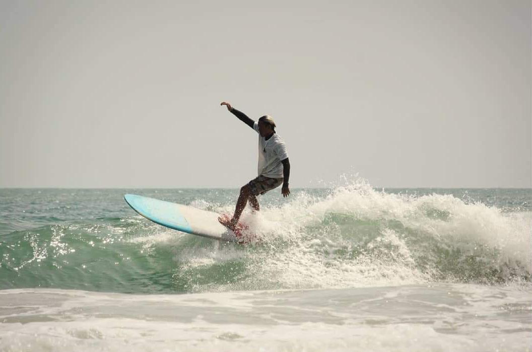 Phú chia sẻ, bộ môn lướt sóng đem lại nhiều cảm xúc: tự do, bình tĩnh và thử thách. Nó giống như một bài học cuộc đời thu nhỏ. Khi gặp được con sóng đẹp, bạn sẽ không ngã. Nếu ngã, bạn sẽ bơi ngược lại để chờ và bắt những con sóng khác. Ảnh: NVCC