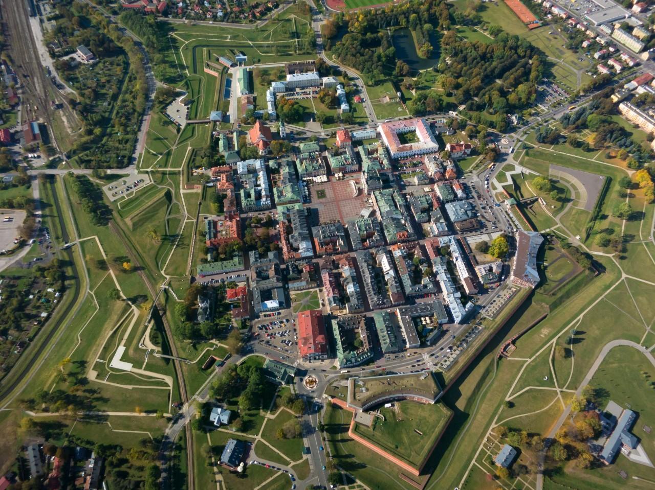 Zamosc là thị trấn cổ của Ba Lan, được UNESCO công nhận là Di sản Thế giới. Các công trình ở đây hầu hết đều giữ được bố cục ban đầu từ thế kỷ 16. Một phần lớn nét độc đáo của nó đến từ sự pha trộn những ảnh hưởng kiến trúc từ các vùng khác nhau của châu Âu, bởi Zamosc thu hút các thương gia từ đông sang tây. Một kiến trúc sư đến từ Padua, Italy đã kết hợp kiến trúc từ quê hương của mình vào bản thiết kế thị trấn. Ảnh: Piotr Ostrowski/zabytek
