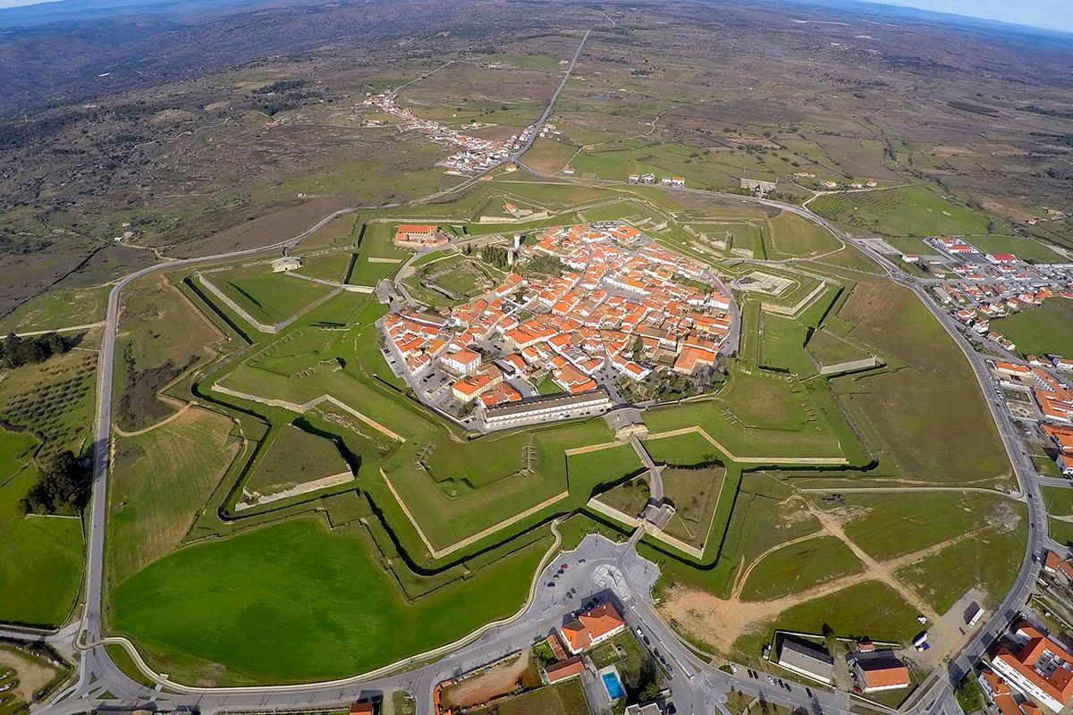 Nằm ở phía bắc Bồ Đào Nha, gần biên giới Tây Ban Nha là Almeida, một ngôi làng kiên cố trong thung lũng sông Riba-Côa. Những công trình tại đây được đặt ở vị trí chiến lược trên các đỉnh đồi, cho phép người dân địa phương có điểm quan sát thuận lợi tuyệt vời để phát hiện bất kỳ kẻ xâm lược nào. Các công trình phòng thủ đầu tiên ở Almeida được cho là do người La Mã xây dựng. Trong chiến tranh Bán đảo (1804-1817), nơi này bị quân đội dưới quyền Napoleon đánh chiếm. Ảnh: Helder Afonso/Portugal visto do Ceu