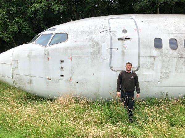 Steve Jones đứng trước chiếc Boeing 737 anh sẽ cải tiến lại. Ảnh: Steve Jones/Insider