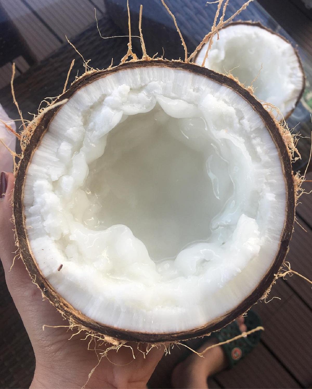 Dừa sáp Cầu Kè luôn là mặt hàng được nhiều người tìm mua làm quà khi có dịp ghé Trà Vinh. Dừa sáp đặc ruột, có lớp cơm dày, thịt dẻo, vị béo và được dùng chế biến nhiều loại nước giải khát thơm ngon, trong đó có món sinh tố trộn sữa, đường, cà phê hoặc ca cao, thêm ít đá bào nhuyễn. Ngoài ra, cơm dừa sáp cũng được dùng làm mứt, kẹo Tết các loại hay trộn chung với cốm dẹp. Ở Trà Vinh, dừa sáp được bày bán nhiều dọc quốc lộ 54 hướng vào trung tâm huyện Cầu Kè. Ảnh: lethuthao2810/Instagram