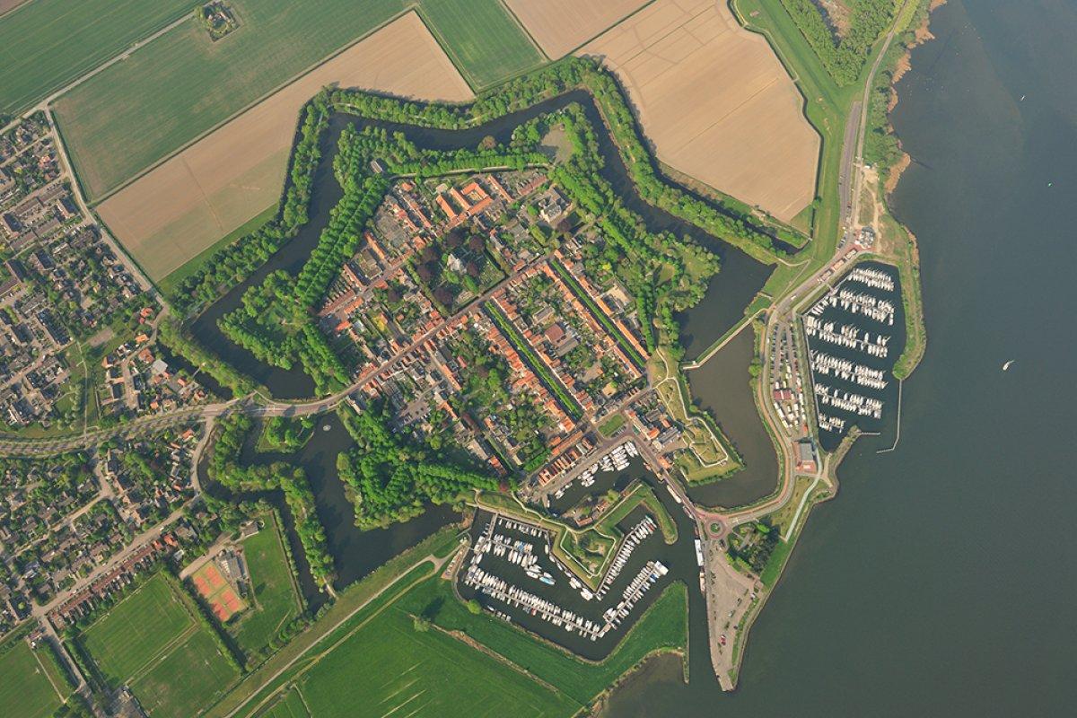 Willemstad, cũng ở vùng North Brabant, là một ví dụ điển hình khác của thành phố ngôi sao tại Hà Lan.Người ta lý giải 7 pháo đài của nó đại diện cho 7 tỉnh hợp nhất để giải phóng Hà Lan khỏi sự cai trị của Tây Ban Nha vào thế kỷ 16, hình thành một nhà nước độc lập. Ảnh: Zuiderwaterlinie