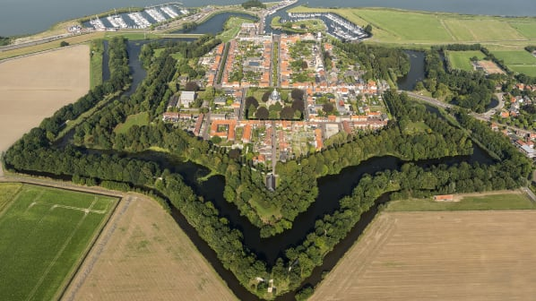 Nằm ở đông bắc Hà Lan, cách biên giới Đức vài mét là Bourtange, một pháo đài được xây vào năm 1593 và được sử dụng đến năm 1851. Sau đó, nơi này trở thành một ngôi làng nhưng vẫn giữ được kiến trúc hình ngũ giác hoàn hảo với các đường phố vuông vức. Trước đại dịch, toàn bộ quần thể kiến trúc này được mở cửa đón khách du lịch ghé thăm như một viện bảo tàng ngoài trời. Ảnh: Shutterstock
