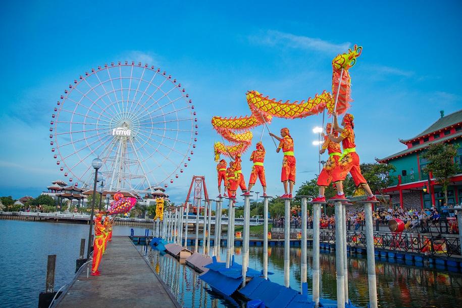 Tiết mục trình diễn Mai hoa thung tại sân khấu mặt nước công viên châu Á - Asia Park. (nguồn ảnh)