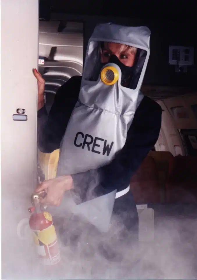 Mặt nạ phòng độc được phát cho các tiếp viên, để họ có thể di chuyển trên máy bay và làm nhiệm vụ trong các trường hợp khẩn cấp, thay vì mặt nạ oxy màu vàng giống hành khách. Ảnh: Sun