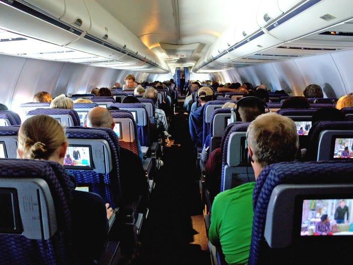 Nếu bạn cần đi dọc thân máy bay để đến nhà vệ sinh, và không muốn phải bám vào thành ghế của những người ngồi cạnh lối đi, bạn có một cách khác. Dọc theo đường viền của các cabin chứa đồ phía trên thường có một tay vịn dài trên cao. Bạn có thể bám vào đó để di chuyển. Ảnh: Travis Wise/Flickr