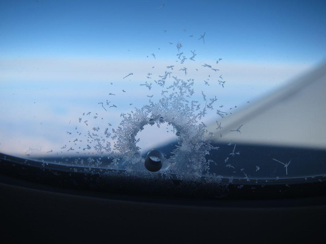 Nhiều du khách lần đầu nhìn thấy những chiếc lỗ nhỏ này đã rất lo lắng vì cho rằng máy bay sản xuất lỗi, và họ có thể gặp sự cố khi lên trời. Tuy nhiên, những chiếc lỗ nhỏ này không có vấn đề như bạn nghĩ. Ảnh: Slate