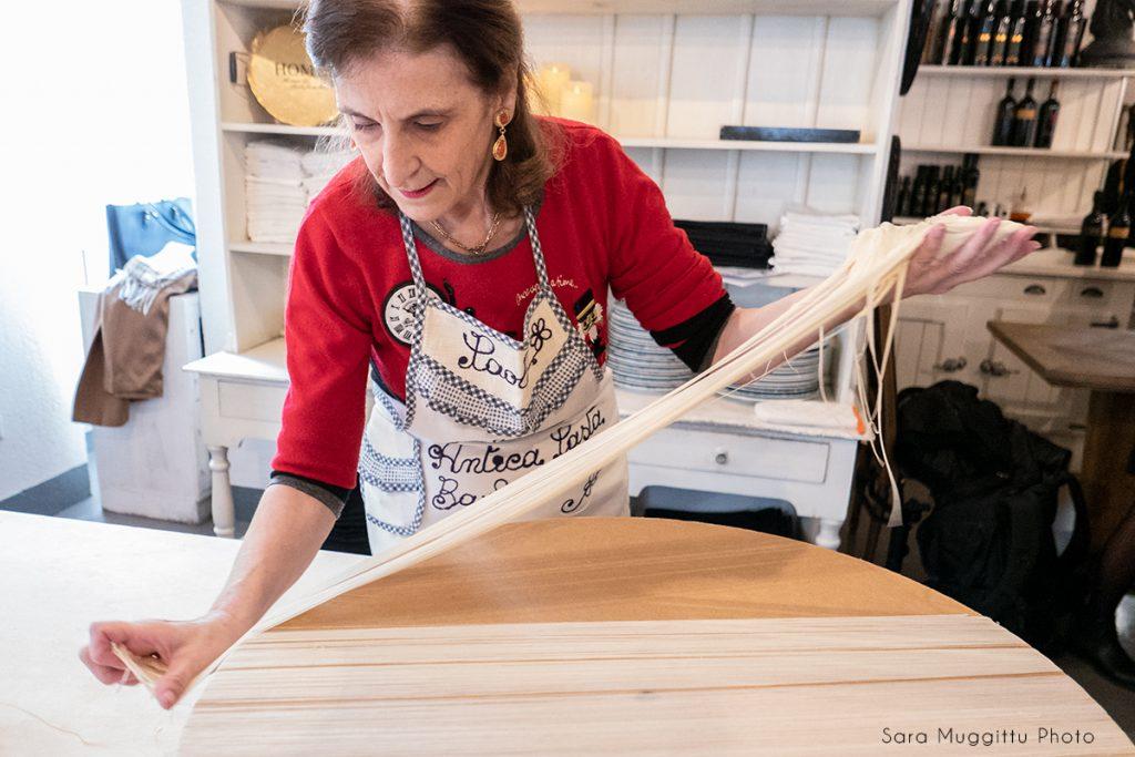Paola Abraini là một trong những phụ nữ cuối cùng trên thế giới nắm giữ bí quyết làm mì Fili di Dio. Ảnh: Sara Muggittu