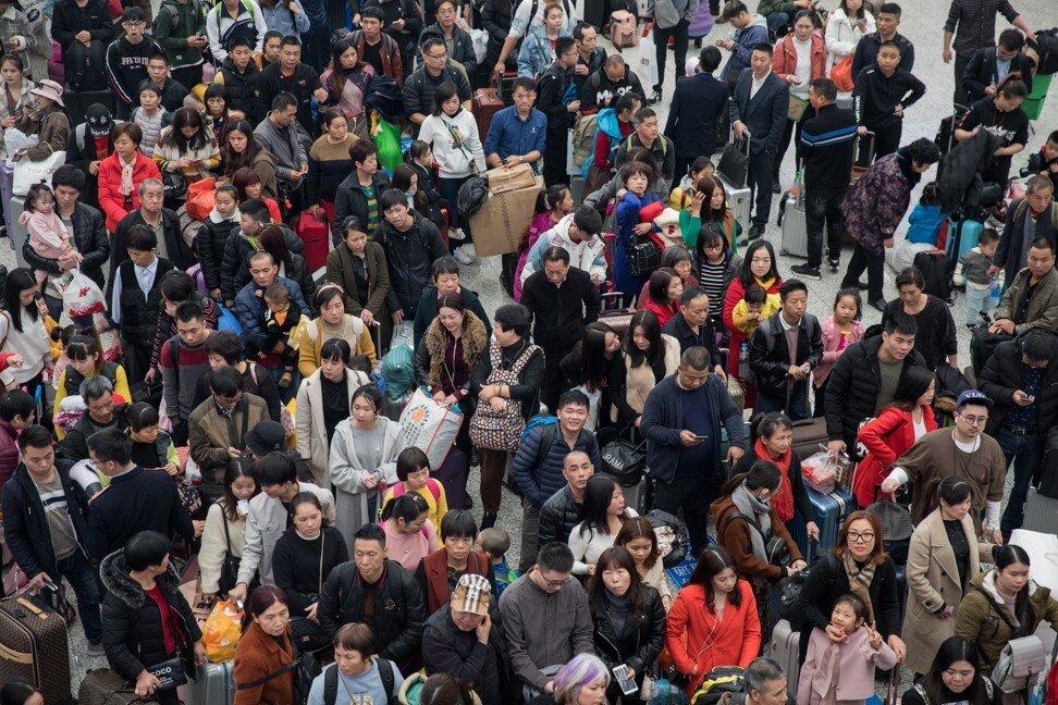 Hàng tỉ chuyến đi được thực hiện vào dịp năm mới 2019. Nhưng 2021, chính quyền cố gắng hạn chế các chuyến đi này nhằm ngăn chặn dịch bệnh bùng phát. Ảnh: EPA