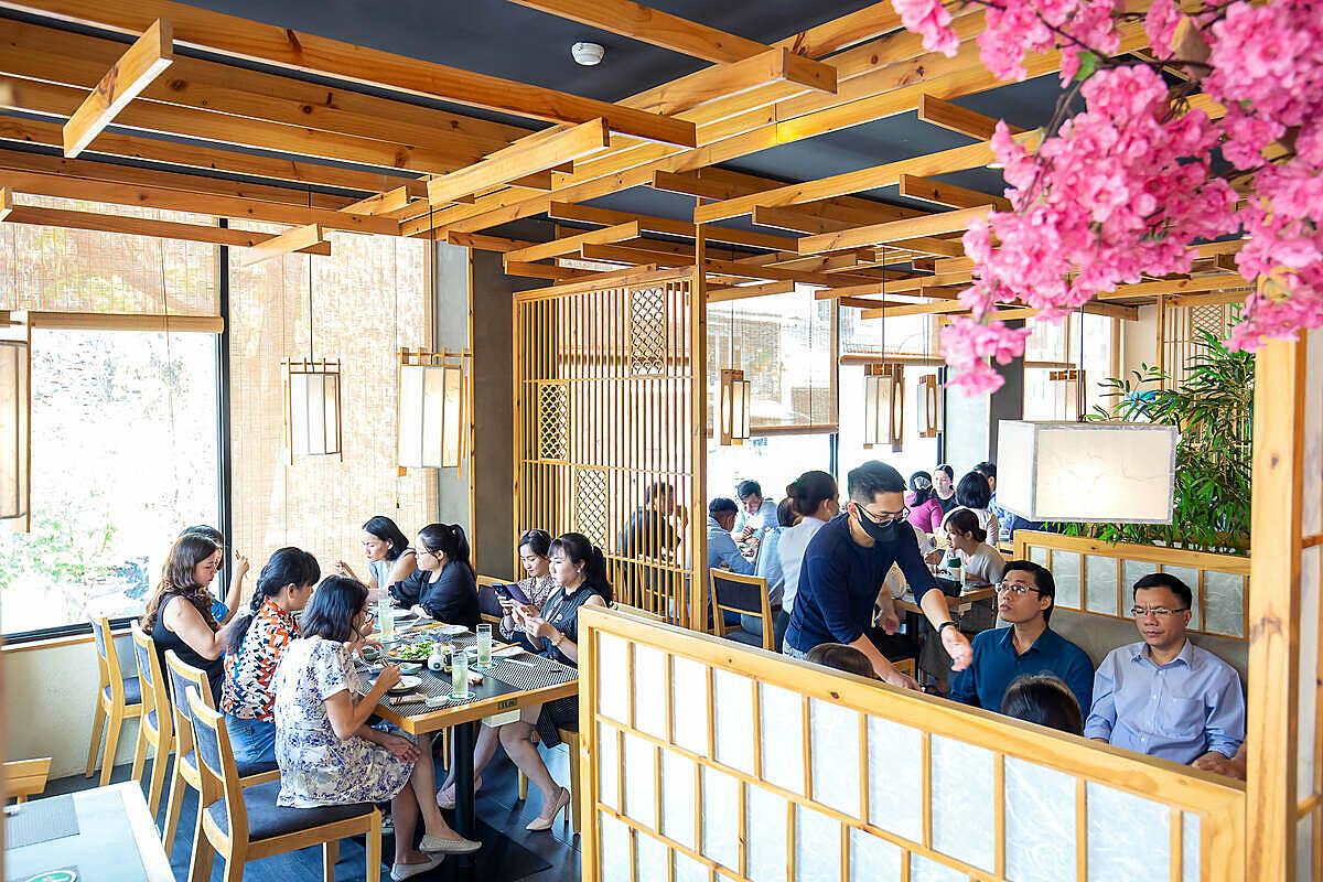 Nhà hàng Sushi World vẫn phục vụ xuyên Tết.