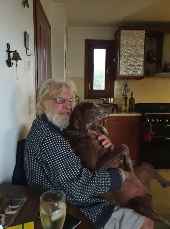 Roberts bên thú cưng tên Tuck. Ông nuôi 12 con mèo, và 3 con chó trong căn bất động sản lớn của mình. Ảnh: Facebook