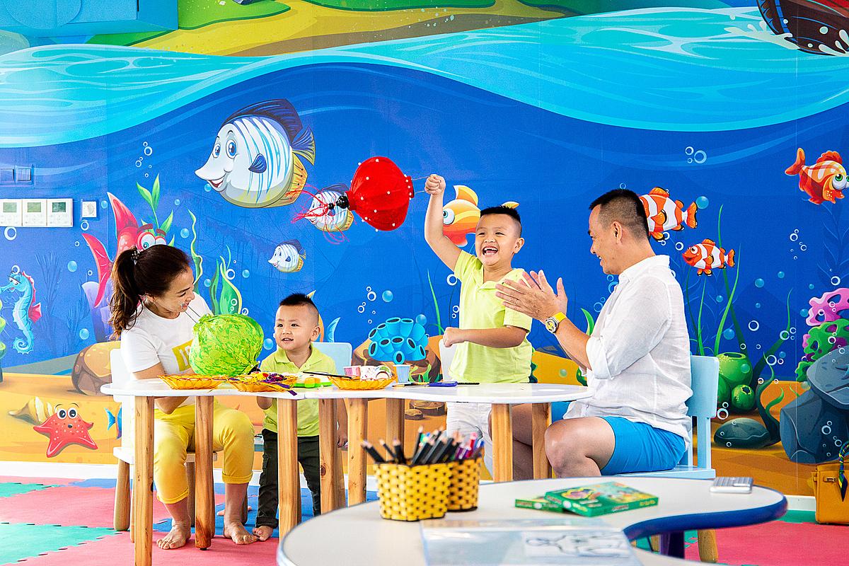 Bố mẹ và con trẻ có thể tham gia lớp thư pháp, học làm tò he, xếp hình bằng lá dừa... ngay tại Meliá Hồ Tràm.