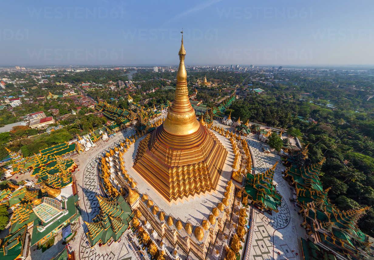 Chùa Shwedagon không chỉ dát hoàn toàn bằng vàng lá, phần đỉnh của nó còn được nạm hơn 4.500 viên kim cương. Viên lớn nhất nằm trên cùng là 72 carat. Ảnh: Westen61
