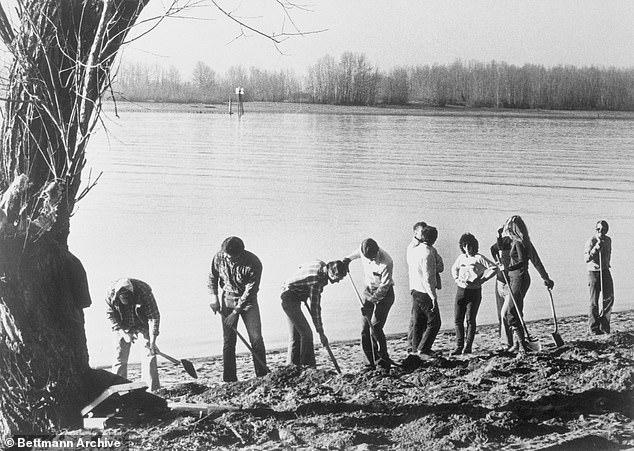 Năm 1980, 6.000 USD trong khoản tiền chuộc của D.B. Cooper được tìm thấy bên bờ sông Columbia, phía tây bắc Vancouver, Mỹ. Trong ảnh những nhân viên điều tra đang đào bới để tìm xem số tiền được phát hiện ở đâu. Ảnh: Bettmann Archive
