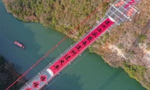 Câu đối Tết dài 168 m trên cầu đáy kính