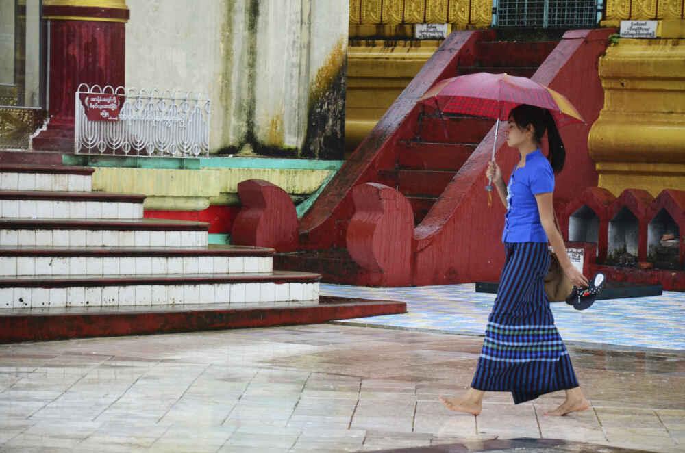 Du khách sẽ thấy đàn ông và phụ nữ ở đây mặc một mảnh vải hình trụ, quấn quanh thắt lưng và dài đến mắt cá chân. Đây chính là trang phục truyền thống của họ, và nó có tên gọi là Longyi, không phải Sarong. Áo của nam giới (paso) thường có kẻ sọc, hoặc trơn trong khi của phụ nữ (htamein) có màu sắc rực rỡ hơn.